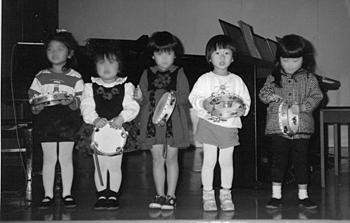 幼稚園のクリスマス会(右から2人め/3歳)