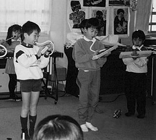 小学校でピアニカを吹く(6歳/右から2人め)