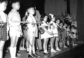 発表会で(左から4人め/5歳)