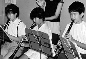 吹奏楽部の夏合宿にて(14歳ころ/左端)