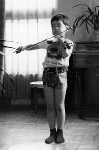 ヴァイオリンを弾く(7歳ころ)