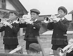 トランペット鼓隊で<br /> (小学5年/中央。<br /> 6年生中心の編成に、選抜されて加わった)