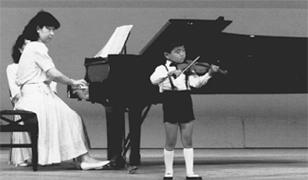 母の伴奏で弾いた発表会(5歳)