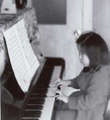 ピアノのレッスンを受け始めたのは<br /> 10代前半でした。<br /> これは楽しみで弾いていたころ(6歳)