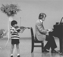 父の伴奏で弾いたヴァイオリンの発表会(6歳ころ)