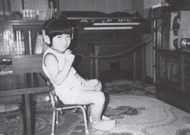 自宅のエレクトーンの前で(4歳)