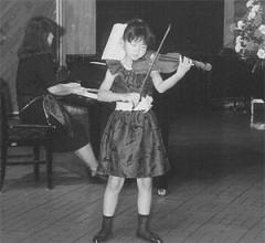 母の手作りドレスで母と弾いた発表会(小3ころ)
