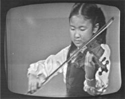NHK「バイオリンのおけいこ」に出演<br /> (小5/テレビ画面を撮影)