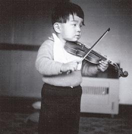 16分の1サイズのヴァイオリンを手にして(2歳ころ)