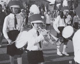 吹奏楽部でマーチングに参加(小学4年)