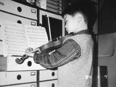 祖母の家で譜面台がなかったので<br /> タンスの前でヴァイオリンを練習(5歳ころ)