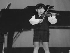 ヴァイオリンの発表会で(5歳ころ)